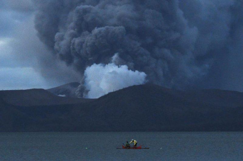 Filipīnu varasiestādes dod iedzīvotājiem 24 stundas Taala vulkāna apkaimes pamešanai