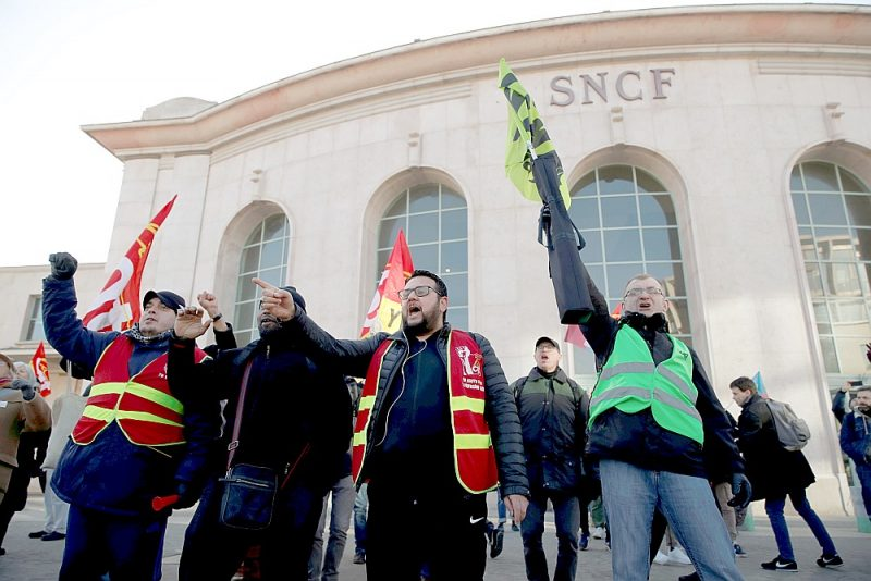 Kaut arī transporta kustība atjaunota un Luvras muzejs ir vaļā, šonedēļ vēl nerimās arodbiedrību demonstrācijas pret Francijas valdības iecerēto pensiju reformu – šis kadrs fiksēts pie Versaļas vilcienu stacijas pirmdien.