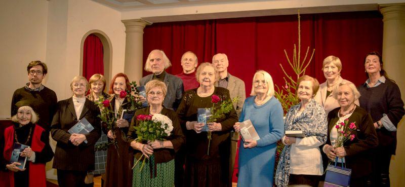 1. rindā no kreisās: Ludmila Tarasova, Biruta Sproģe, Lidija Pupure, Silvija Geikina, Ilze Vazdika, Ieva Lelde Mūrniece, Ludmila Leimane, Roberta Ceplīša dzīvesbiedre Biruta Ceplīte. 2. rindā: Ludmilas Tarasovas dēls Ernests Ābiķis, Jura Pučkas atraitne Līga Pučka, Juris Strenga, Haralds Ulmanis, Arkādijs Buls, Kārina Pētersone un Eduarda Smiļģa meita Aija Vīgnere.