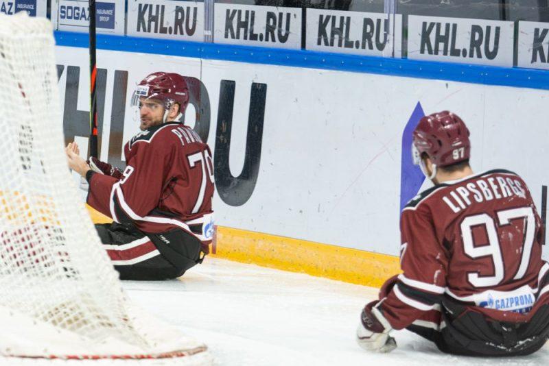 """Rīgas """"Dinamo"""" jau piekto spēli pēc kārtas palikuši ar sēžamvietu uz ledus."""