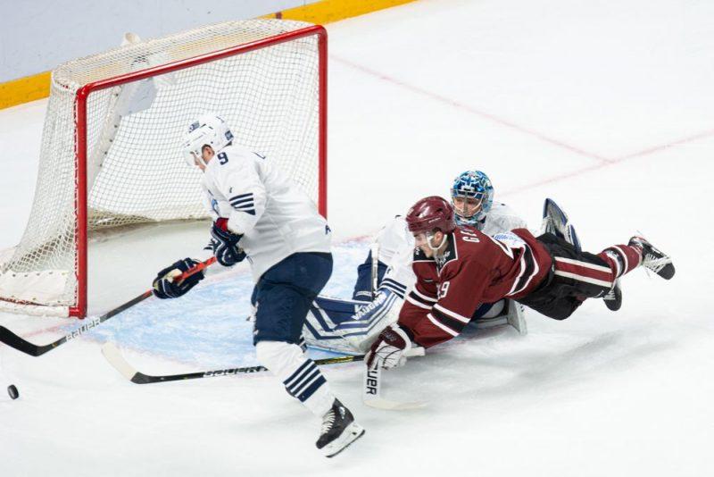 """Rīgas """"Dinamo"""" hokejistiem izdevību netrūka, taču vairāk par vienu ripu """"iedzīt"""" pretinieku vārtos neizdevās."""