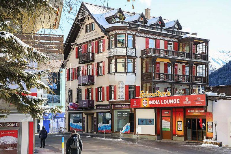 """""""Krievijas nams"""" Davosā, Promenādes ielā 68, ir oficiāla Krievijas rezidence, kur ārzemju viesiem tiek rīkotas pieņemšanas un pasākumi Krievijas politisko iniciatīvu popularizēšanai. Šveices policijas aizturētie """"santehniķi"""" esot plānojuši piedalīties rezidences remontā."""