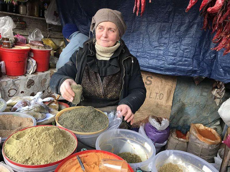Tbilisi jau gadsimta ceturksni mitinās daudz gruzīnu bēgļu, kas tika padzīti no savām mājām Abhāzijā un Dienvidosetijā. Centrālā tirgus pārdevēja Manana iepriekš dzīvoja Suhumi.