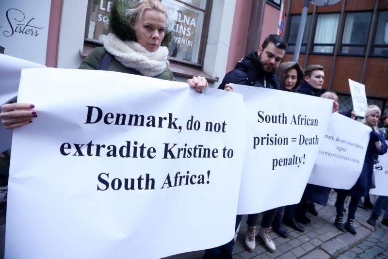 Pie Dānijas vēstniecības Rīgā notiek pikets pret šobrīd Dānijā apcietinātās divu bērnu mātes Kristīnes Misānes izdošanu Dienvidāfrikai, kur viņai draud 15 gadu cietumsods par savu bērnu glābšanu no vardarbības.
