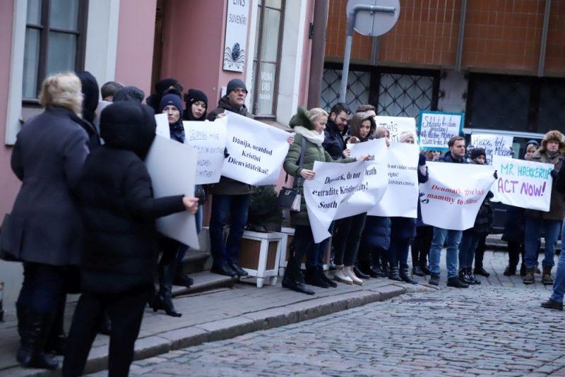 Pie Dānijas vēstniecības Rīgā notiek pikets pret Dānijā apcietinātās divu bērnu mātes Kristīnes Misānes izdošanu Dienvidāfrikai, kur viņai draud 15 gadu cietumsods par savu bērnu glābšanu no vardarbības.