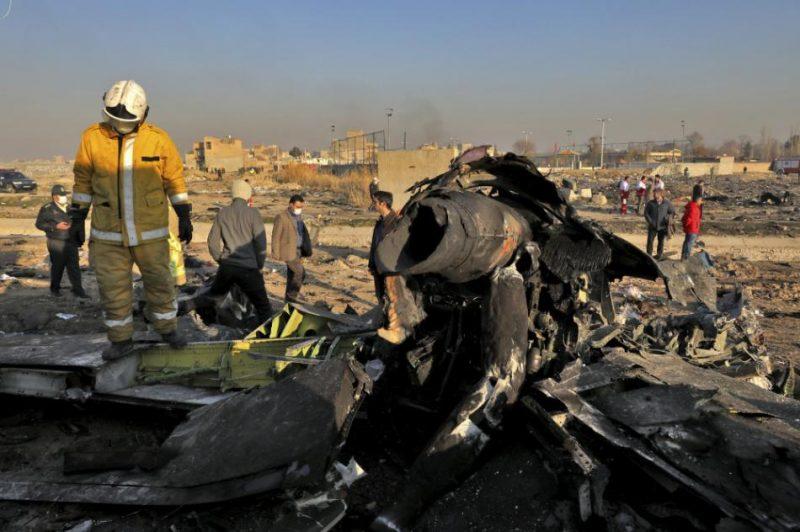 Ukrainas pasažieru lidmašīnas atlūzas. Pie Teherānas gāja bojā 176 cilvēki.