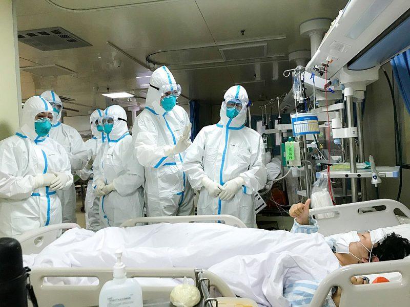 Mediķu komanda no Otrās militārās medicīnas universitātes Ķīnā saņem uzslavu par labu ārstēšanu no pacienta Hankovas slimnīcā Uhaņā. Pieaugot saslimstībai ar koronavīrusu, universitātes mediķu komanda palīdz Uhaņas slimnīcai risināt šīs ārstniecības iestādes paplašināšanas jautājumu.