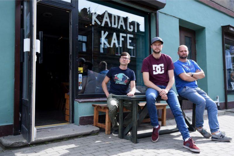 """Veikala/bāra """"Kadagi"""" līdzīpašnieki Ģirts Dombrovskis (no kreisās), Dainis Grūbe un Kārlis Mugins."""