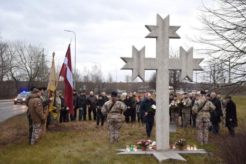 Pie Vecmīlgrāvja tilta notiek 1991.gada barikāžu atcerei veltīts piemiņas brīdis, 16.01.2020.