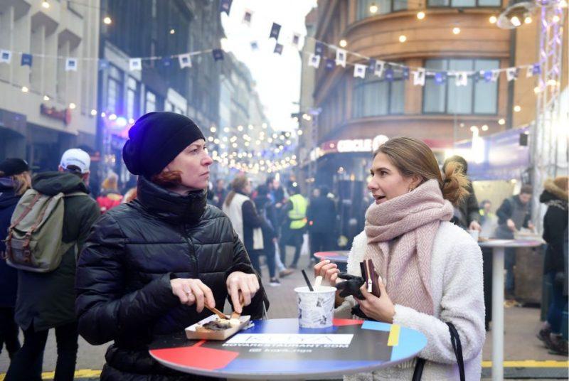 """Vecrīgā notiek ielu ēdiena festivāls jeb """"Riga Street food festival""""."""