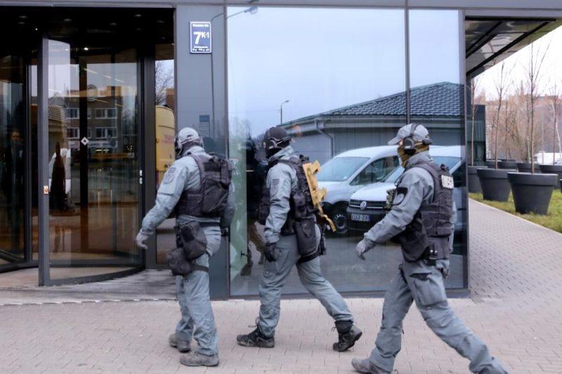 """Valsts policijas pretterorisma vienības """"Omega"""" pārstāvji ierodas likvidējamajā """"ABLV Bank"""" centrālā ēkā Skantes ielā 7, kur Korupcijas novēršanas un apkarošanas biroja darbinieki veic neatliekamās procesuālās darbības."""