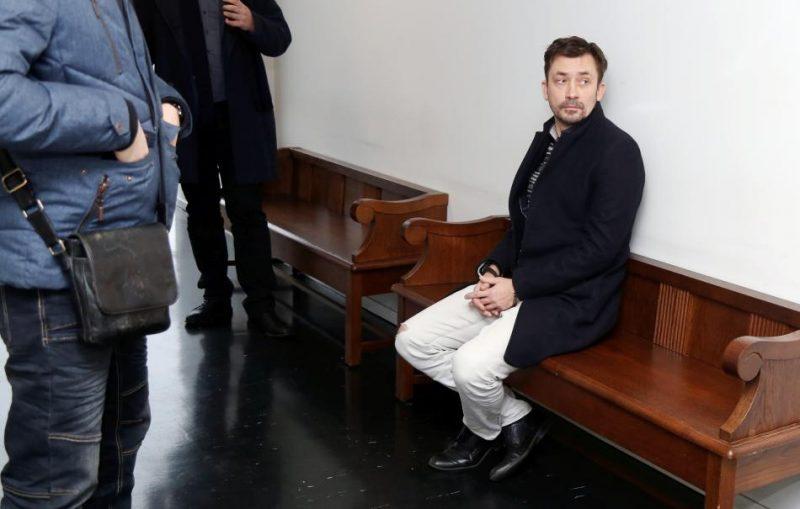 """Kriminālprocesā par noziedzīgi iegūtu līdzekļu legalizēšanu ne mazāk kā 50 miljonu eiro apmērā, kura dēļ notika procesuālās darbības arī likvidējamajā """"ABLV Bank"""", aizturētā persona Rīgas pilsētas Ziemeļu rajona tiesas zālē, kur tiks skatīts drošības līdzeklis."""