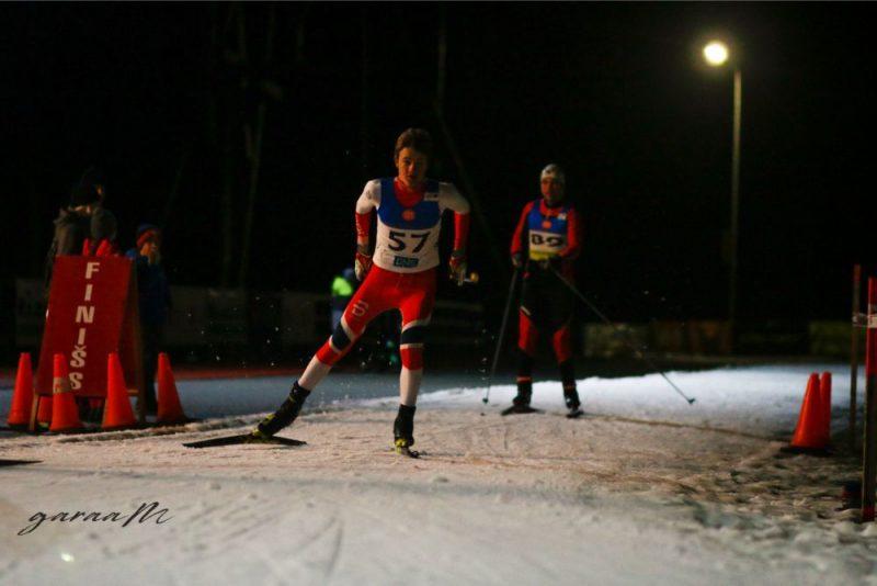 Par spīti pilnīgi neziemīgajiem laika apstākļiem, Siguldā var ne tikai slēpot, bet pat rīkot sacensības distanču slēpošanā.