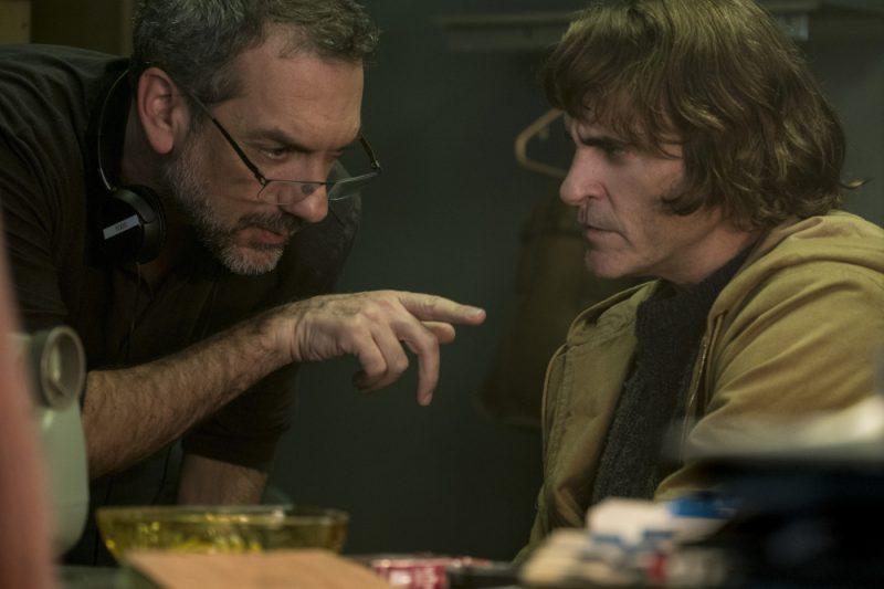 """Kadrs no filmas """"Džokers"""" uzņemšanas laukuma – režisors Tods Filipss un galvenās lomas tēlotājs Hoakins Fīnikss."""
