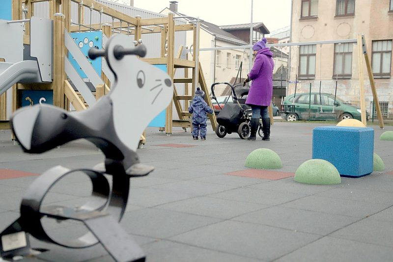 Viens no jaunākajiem rotaļu laukumiem Rīgā, Latgales priekšpilsētā, tapis, izmantojot Latvijā pārstrādātās riepas.