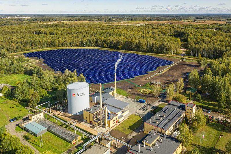 """Pirmo bezspiediena akumulācijas tvertni pērn septembrī kopā ar saules kolektoru parku atklāja """"Salaspils siltums""""."""