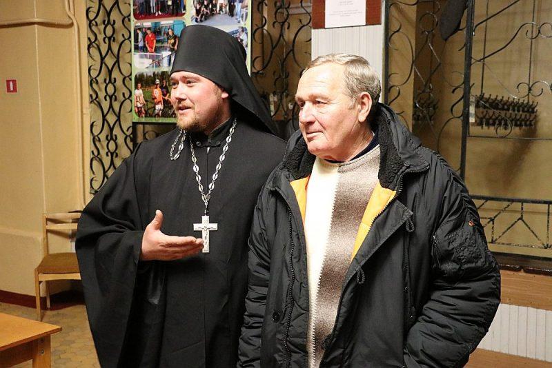 Anatolijs Vodolazskis (no labās) un tēvs Dionīsijs atceras okupācijas laikā piedzīvoto.