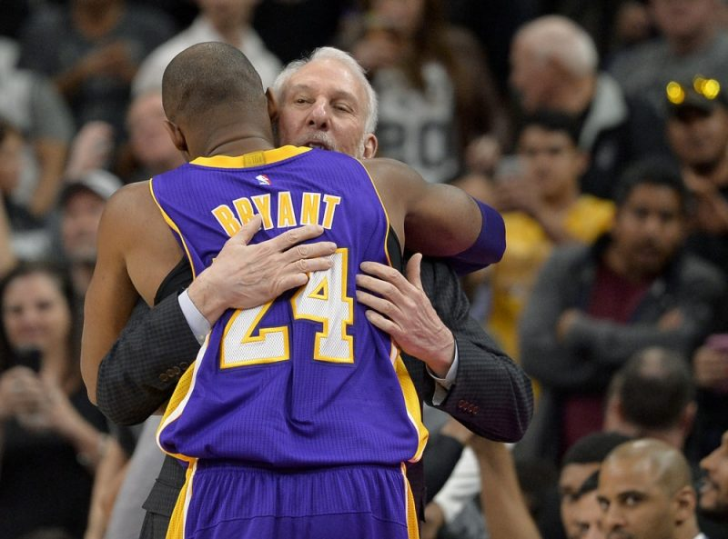 Gregs Popovičs un Kobe Braients pirms kārtējās NBA čempionāta spēles pirms nepilniem četriem gadiem.