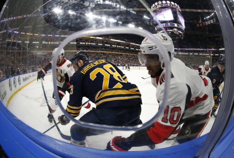 """Zemgus Girgensons Otavas """"Senators"""" hokejistu ielenkumā."""