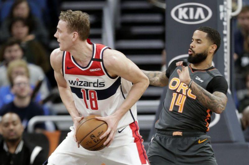Anžejam Pasečņikam (pa kreisi) labāk sanāk spēlēt basketbolu, nevis dziedāt.