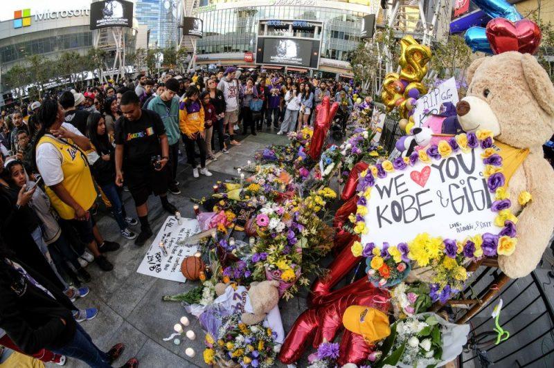 Cilvēki Losandželosā godina Kobi Braientu un pārējos bojāgājušos helikoptera avārijā.