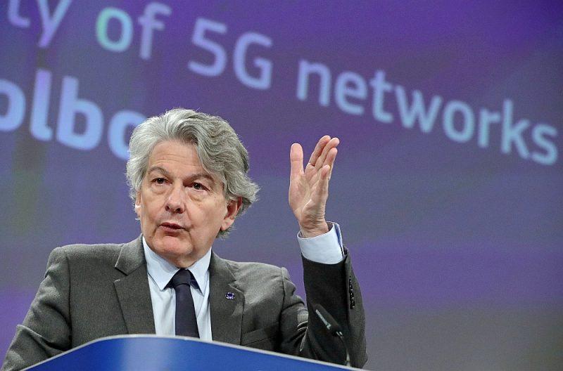 """""""Dalībvalstis pirmo reizi ES vēsturē nolēma, ka (saistībā ar 5G tīklu izveidi) ir piemēroti izstrādāt kopīgu pieeju mūsu iekšējā tirgus un infrastruktūras aizsardzībai,"""" paziņojis ES iekšējā tirgus un kiberdrošības komisārs Tjerī Bretons."""