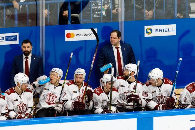"""Latvijas hokeja kluba Rīgas """"Dinamo"""" hokejistiem pēdējos četros mačos trīs reizes nācies palikt """"sausā""""."""