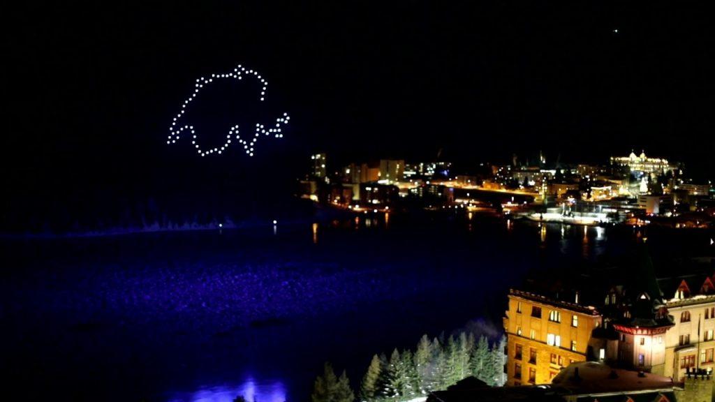 Latviešu mākslinieku radīts dronu šovs Sanktmoricas (Šveice) debesīs Vecgada vakarā.