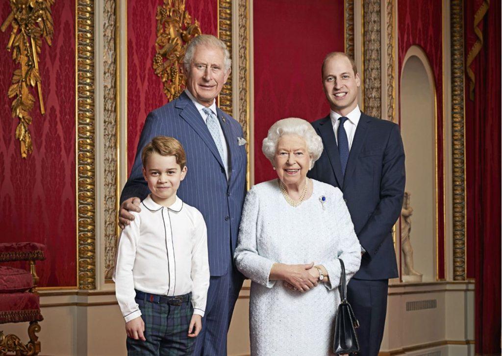 No kreisās: princis Džordžs, viņa vectēvs, princis Čārlzs, karaliene Elizabete II un viņas mazdēls, princis Viljams.