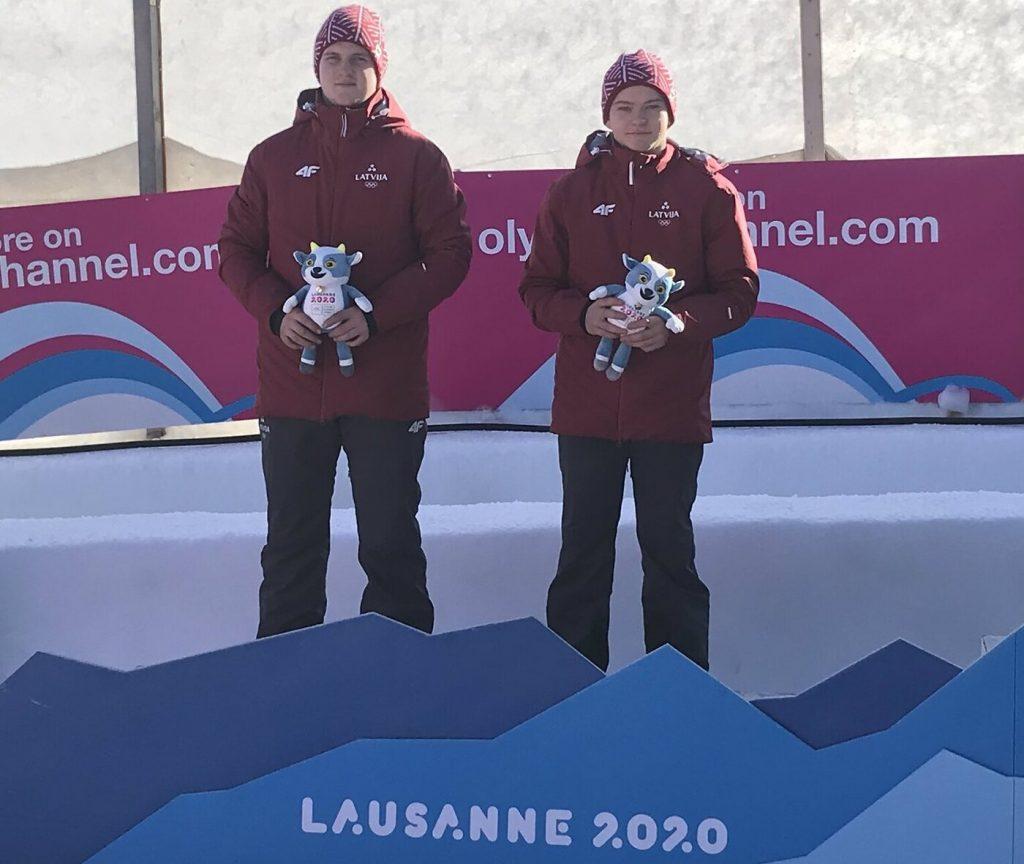 Latvijas kamaniņu braucēji Kaspars Rinks un Aldis Liepiņš izcīnījuši Jaunatnes olimpisko spēļu sudraba medaļas.