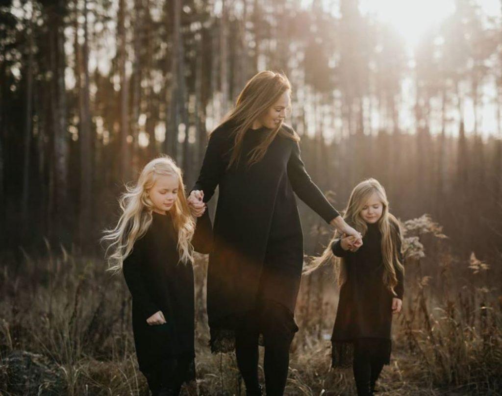 Madara Kiviča ar meitām – Kimu un Keitiju.