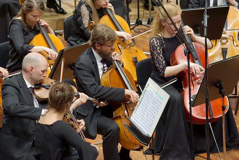 """Paplašinātais """"Sinfonietta Rīga"""" ansamblis priekšnesumam piešķīra izteiksmīgas krāsas, papildu emocijas un jaunus tembrālos parametrus."""