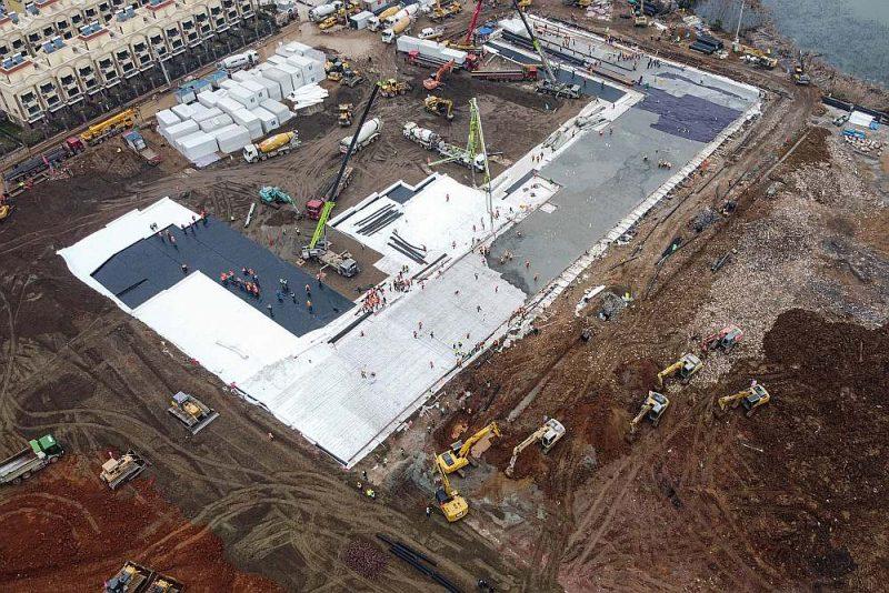 Celtnieki sāka jaunas slimnīcas būvi Uhaņā 24. janvārī. Foto izdarīts 27. janvārī. Būve jāpabeidz desmit dienās – 2. februārī.