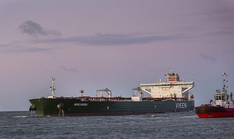 """Norvēģijas tankkuģis """"Breiviken"""" ar naftas kravu Baltkrievijai ienāk Klaipēdas ostā."""