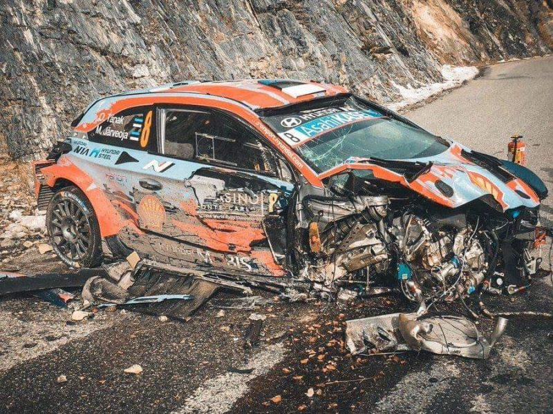 """Ota tenaka vadītā """"Toyota"""" automašīna pēc avārijas."""
