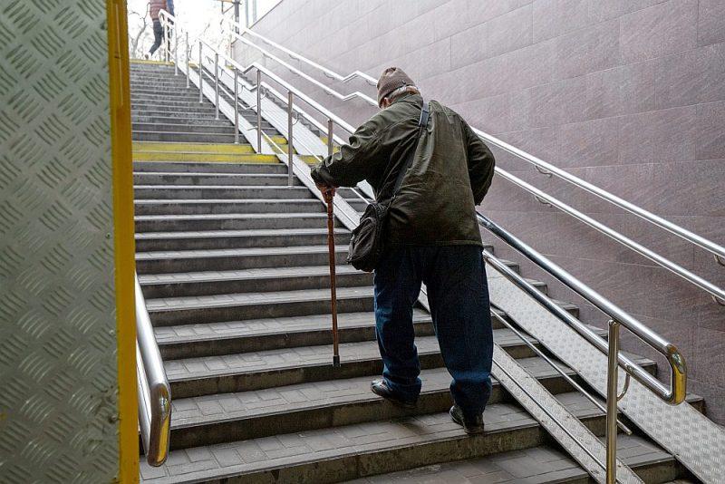 Minimālās vecuma pensijas pieaugums nemazinās trūcīgo senioru skaitu Latvijā.
