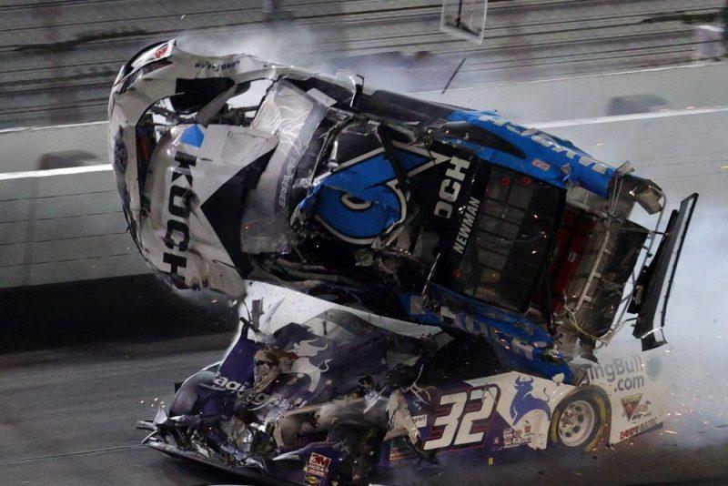 Raiena Ņūmena vadītā mašīna cieta pamatīgā avārijā.