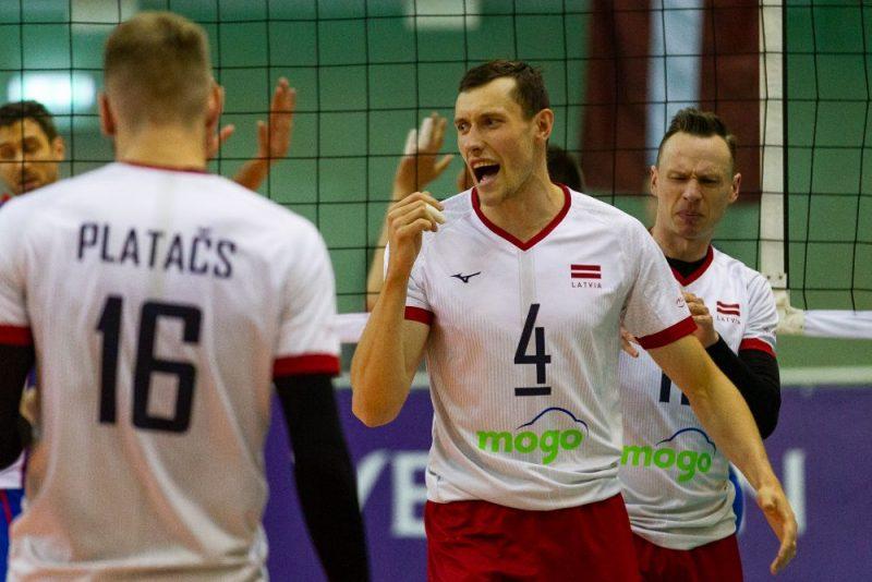 Toms Švans (Nr.4) cer ar Latvijas izlasi tikt uz Eiropas čempionāta finālturnīru.