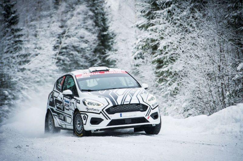 Reiņa Nitiša un Andra Mālnieka ekipāža Somijas rallija čempionāta ziemas posma trasē.