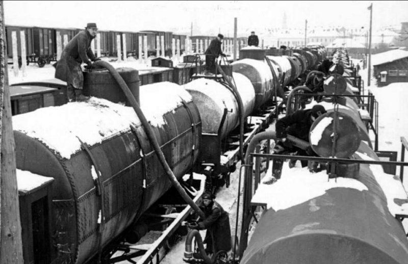 Padomju naftas pārsūknēšana vācu vagonos Peremišļas robežstacijā 1940. gada februārī.