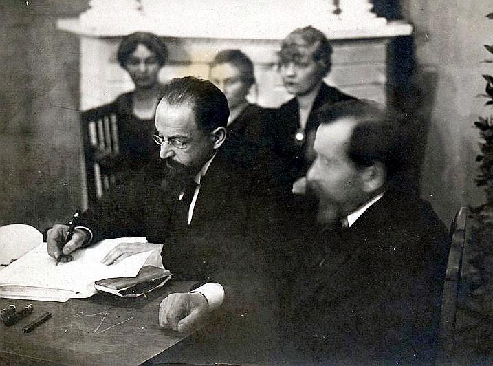 Līgumu paraksta Padomju Krievijas delegācijas vadītājs Ādolfs Joffe.