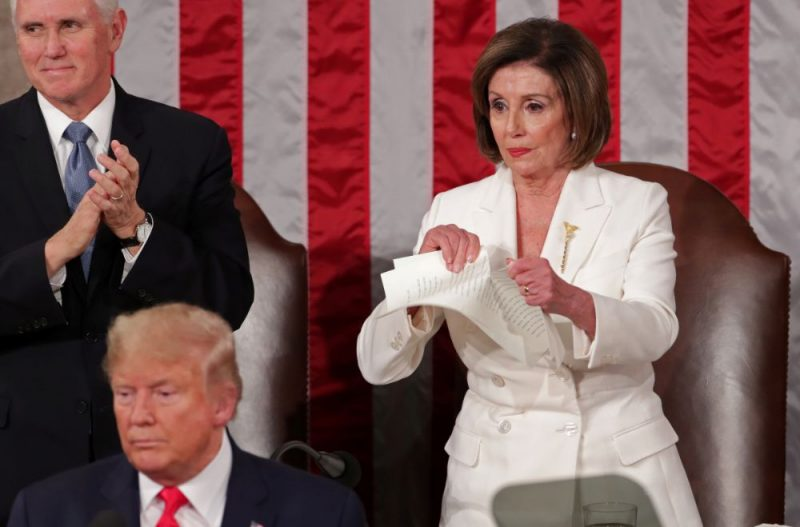 ASV Kongresa Pārstāvju palātas spīkere Nensija Pelosi demonstratīvi saplēsa ASV prezidenta Donalda Trampa runas kopiju.