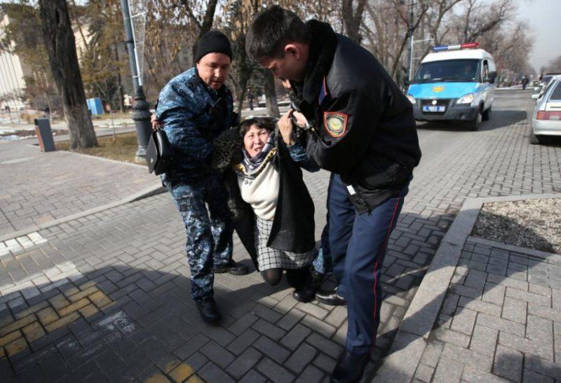 Vietējās un starptautiskās cilvēktiesību organizācijas ilgstoši kritizē autoritāro Kazahstānu par demonstrācijām noteiktajiem striktajiem ierobežojumiem.