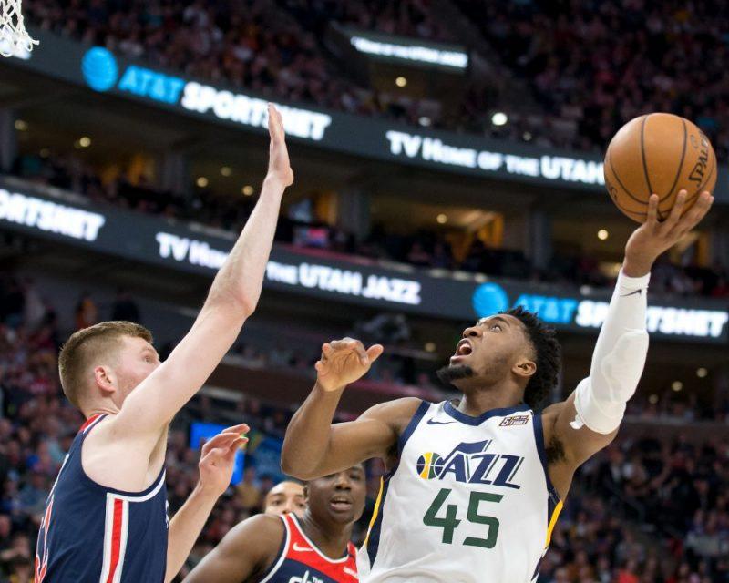 """Dāvis Bertāns (no kreisās) cenšas apstādināt """"Jazz"""" basketbolistu Donovanu Mičelu."""