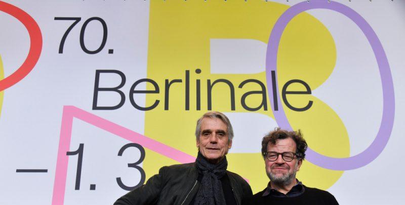 Starptautiskās žūrijas prezidents Džeremijs Airronss (no kreisās) un  Berlināles starptautiskās žūrijas loceklis, ASV režisors Kenets Lonergans pozē festivāla preses konferencē.