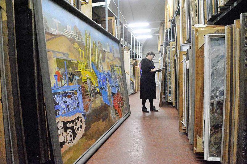 """Gatavojoties rekonstrukcijai, """"Arsenāla"""" aptuveni 35 000 vienību lielais krājums tiek pārvests uz Muzeju krātuvi Pulka ielā – pēc pārbūves krājuma telpu šeit vairs nebūs."""