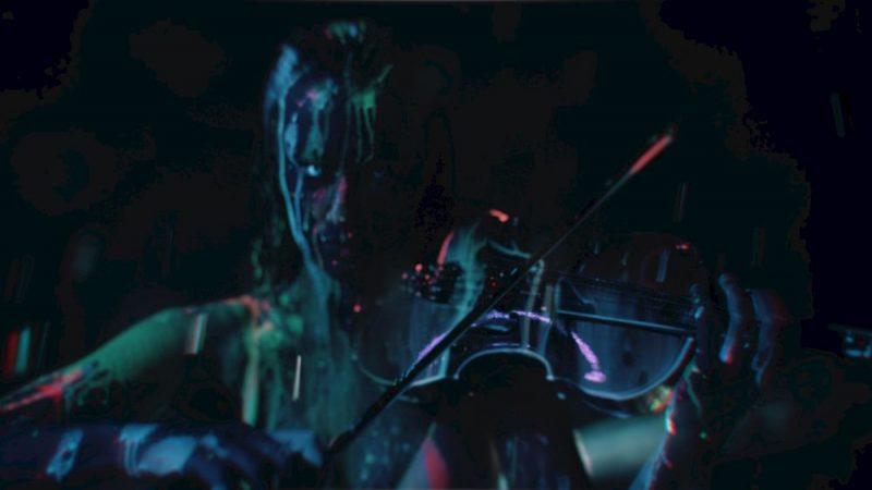 """Kristīnes Balanas jaunākais, pašas režisētais mūzikas video """"The Baptism"""" piedāvā visaptverošu ieskatu, kā krustojas paranoja un performance."""