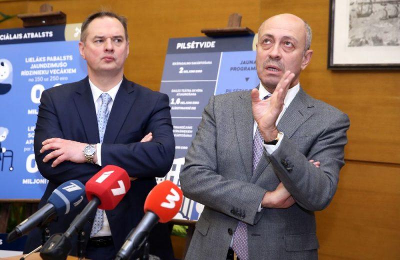 Rīgas pilsētas izpilddirektors Juris Radzevičs (no kreisās) un Rīgas domes priekšsēdētājs Oļegs Burovs.