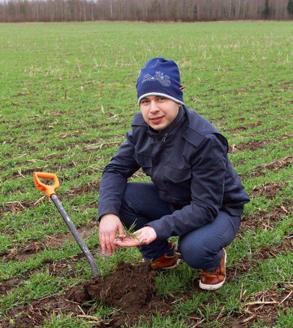 Rihards Kadirovs  ziemas kviešu (šķirne 'Zeppelin') laukā demonstrē labi attīstīto kviešu sakņu sistēmu, ko nodrošinājusi joslu apstrādes tehnoloģija.