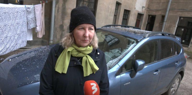 Ilze stāsta par savu hibrīdauto, kas ražots ASV tirgum. Tagad viņai problēmas rada auto sertifikācija Latvijā.